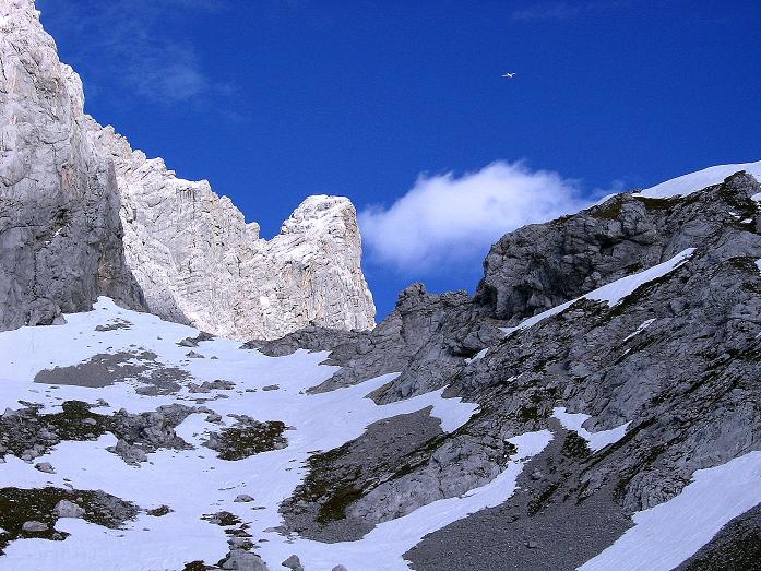 Foto: Andreas Koller / Wander Tour / Hoher Dachstein und Windlegerscharte (2996 m) / Knapp unterhalb des Tors zeigt sich der Hohe Dachstein von W / 01.10.2007 19:26:39