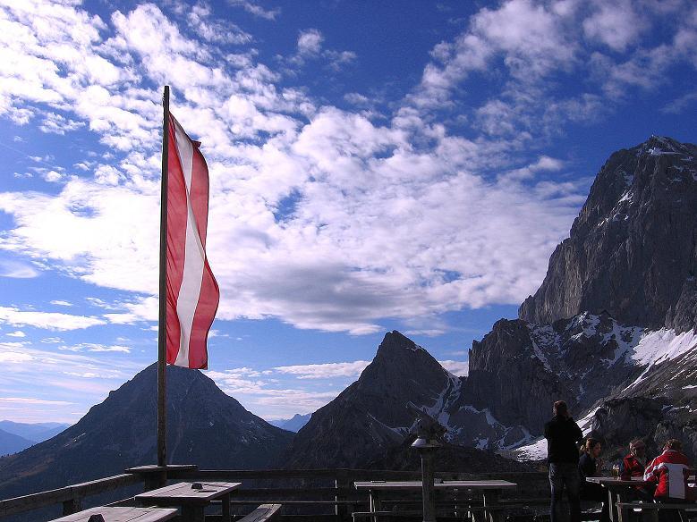 Foto: Andreas Koller / Wander Tour / Hoher Dachstein und Windlegerscharte (2996 m) / Bei der Dachstein Südwandhütte mit Blick nach W zum Tor / 01.10.2007 19:25:25