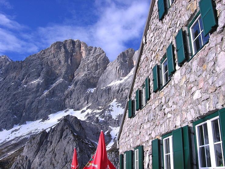 Foto: Andreas Koller / Wander Tour / Hoher Dachstein und Windlegerscharte (2996 m) / Bei der Dachstein Südwandhütte mit Hohem Dachstein / 01.10.2007 19:24:38