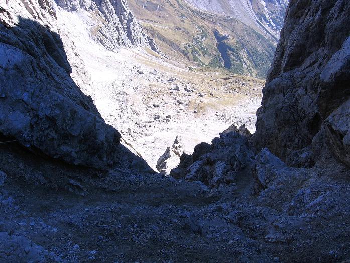 Foto: Andreas Koller / Klettersteig Tour / Steinsee Klettersteig (2650 m) / Blick von der Scharte in die steile Schlucht / 09.10.2007 01:40:28