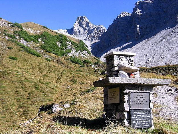 Foto: Andreas Koller / Klettersteig Tour / Steinsee Klettersteig (2650 m) / Gedenktafeln hinter der Hütte  / 09.10.2007 01:39:16