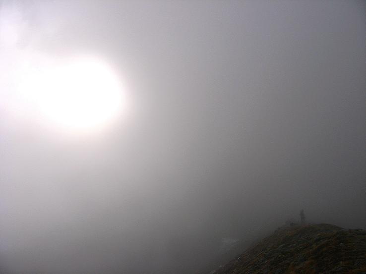 Foto: Andreas Koller / Wander Tour / Grattour vom Silvrettahorn zur Schneeglocke (3244 m) / Anstieg zur Grünen Kuppe (2579 m) im Nebel  / 12.10.2007 00:30:37