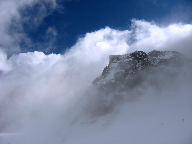Foto: Andreas Koller / Wander Tour / Grattour vom Silvrettahorn zur Schneeglocke (3244 m) / Der Kleine Buin (3255 m) ragt über dem Ochsentaler Gletscher aus dem Nebel / 12.10.2007 00:29:49