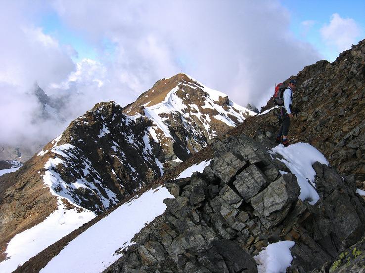 Foto: Andreas Koller / Wander Tour / Grattour vom Silvrettahorn zur Schneeglocke (3244 m) / Kurz unterhalb des Silvrettahorns am S-Grat mit Blick über den Verbindungsgrat zur Schneeglocke / 12.10.2007 00:25:50