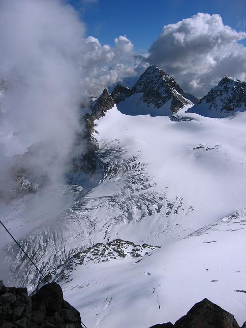 Foto: Andreas Koller / Wander Tour / Grattour vom Silvrettahorn zur Schneeglocke (3244 m) / Blick vom Silvrettahorn auf den Piz Buin (3312 m) und den zerrissenen Ochsentaler Gletscher / 12.10.2007 00:25:11