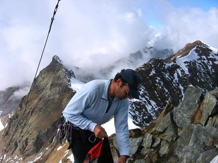 Foto: Andreas Koller / Wander Tour / Grattour vom Silvrettahorn zur Schneeglocke (3244 m) / Am Silvrettahorn mit Blick zur Schneeglocke / 12.10.2007 00:23:19