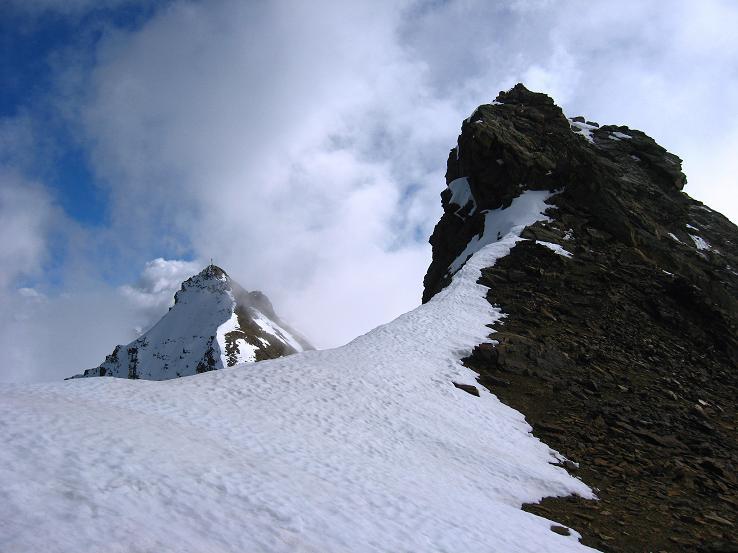 Foto: Andreas Koller / Wander Tour / Grattour vom Silvrettahorn zur Schneeglocke (3244 m) / Felskopf am Grat und Silvrettahorn / 12.10.2007 00:22:18