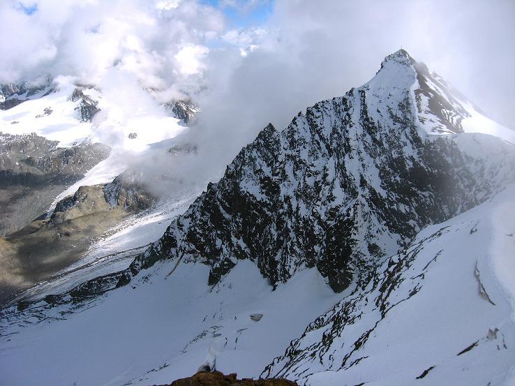 Foto: Andreas Koller / Wander Tour / Grattour vom Silvrettahorn zur Schneeglocke (3244 m) / Blick übers Silvrettahorn zum Ochsentaler Gletscher in der Tiefe / 12.10.2007 00:21:48