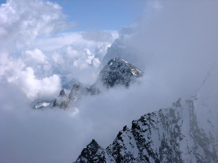 Foto: Andreas Koller / Wander Tour / Grattour vom Silvrettahorn zur Schneeglocke (3244 m) / Aus dem Nebel ragt der Piz Buin (3312 m) / 12.10.2007 00:20:50
