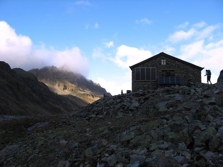 Foto: Andreas Koller / Wander Tour / Grattour vom Silvrettahorn zur Schneeglocke (3244 m) / Die Klostertaler Umwelthütte / 12.10.2007 00:18:31