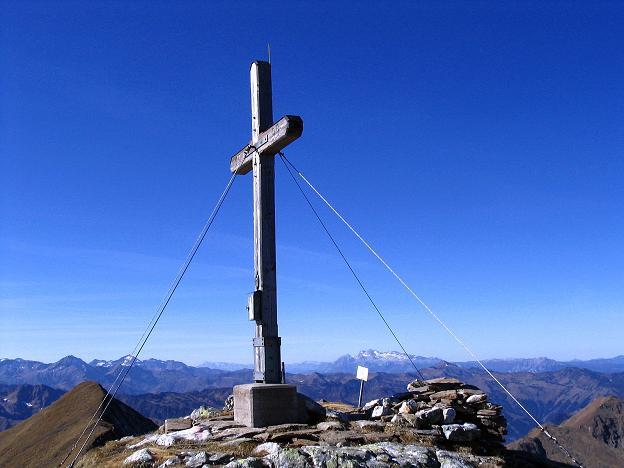 Foto: Andreas Koller / Wander Tour / Aus dem Schöttlgraben auf den Hohenwart (2363 m) / Das Gipfelkreuz am Hohenwart mit Dachstein und Schladminger Tauern / 17.10.2007 02:23:53