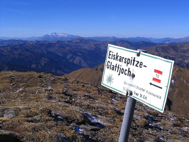 Foto: Andreas Koller / Wander Tour / Aus dem Schöttlgraben auf den Hohenwart (2363 m) / Wegweiser am Gipfel des Hohenwart, im Hintergrund der Dachstein / 17.10.2007 02:23:04