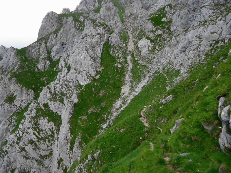 Foto: Günter Siegl / Wander Tour / Über den Gildensteig ins Kleine Törl / Geschickt schlängelt sich der Weg durch die Felsen / 10.08.2016 21:32:10