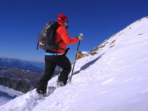 Foto: Andreas Koller / Ski Tour / Tuxer Eingehtour auf zwei Dreitausender (3288 m) / Zu Fuß unterwegs am S-Grat / 03.11.2007 22:29:35