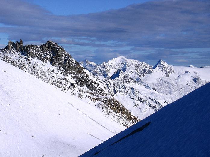 Foto: Andreas Koller / Ski Tour / Tuxer Eingehtour auf zwei Dreitausender (3288 m) / Blick vom Kaserer N-Grat nach O in die verschneiten Zillertaler Alpen / 03.11.2007 22:20:39