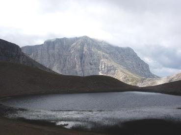 Foto: Datzberger Hans / Wander Tour / Astraka und Gamila im Timfi-Gebirge  / Dhrakolimni (Drachensee, 2050 m) mit Astraka-Gebirge / 08.11.2007 17:29:26