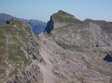 Foto: Datzberger Hans / Wander Tour / Astraka und Gamila im Timfi-Gebirge  / Gamila Gipfel (2497 m) und Aufstiegsweg, links der Ploskos   / 08.11.2007 17:33:49