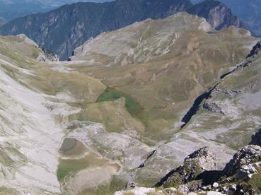 Foto: Datzberger Hans / Wander Tour / Astraka und Gamila im Timfi-Gebirge  / Blick zur Aoos-Schlucht (Einstieg) über Xeroloutsa-Seen und Drachensee (links oben)  / 08.11.2007 17:36:02