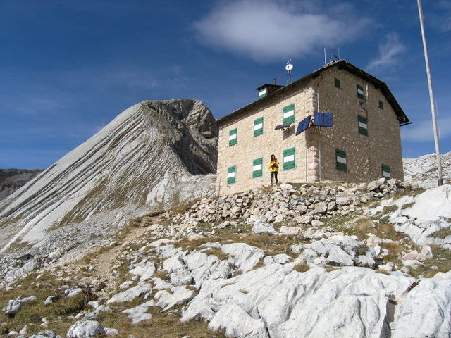 Foto: Benedik Herbert / Wander Tour / Seekofel - Runde / Seekofelhütte mit Gipfel im Hintergrund / 10.11.2007 17:26:39