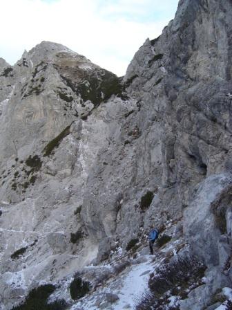 Foto: dobratsch11 / Wander Tour / Due Pizzi (Zweispitz) 2048m / der Quergang unter den Felsen Richtung Forchia di Cjanalot  / 10.12.2007 12:22:54