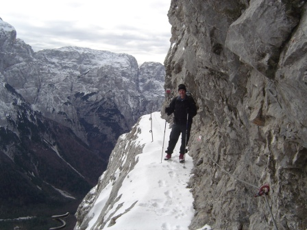 Foto: dobratsch11 / Wander Tour / Due Pizzi (Zweispitz) 2048m / das Band durch die Südwand das gut gesichert ist / 10.12.2007 12:18:26
