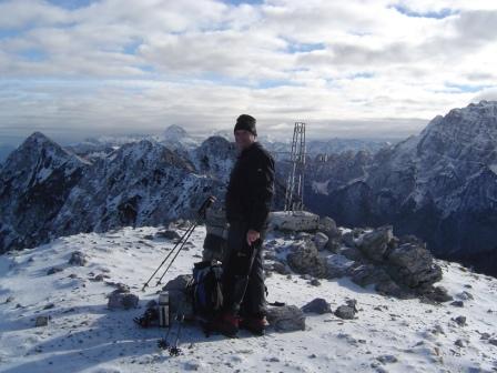 Foto: dobratsch11 / Wander Tour / Due Pizzi (Zweispitz) 2048m / am Gipfel im Hintergrund Monte Pipper und Jof di Miezegnot / 10.12.2007 12:16:26