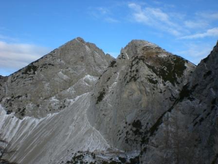 Foto: dobratsch11 / Wander Tour / Due Pizzi (Zweispitz) 2048m / Links der Hauptgipfel und rechts der Vorgipfel mit dem Bernadis-Biwak. / 10.12.2007 12:23:28