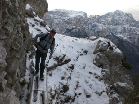 Foto: dobratsch11 / Wander Tour / Due Pizzi (Zweispitz) 2048m / der Quergang unter den Felsen Richtung Forchia di Cjanalot  / 10.12.2007 12:22:40