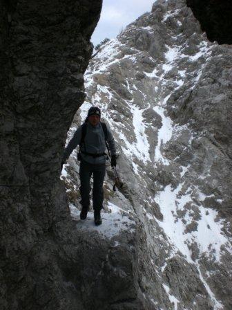 Foto: dobratsch11 / Wander Tour / Due Pizzi (Zweispitz) 2048m / beim natürlichen Felsentor / 10.12.2007 12:20:41
