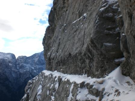 Foto: dobratsch11 / Wander Tour / Due Pizzi (Zweispitz) 2048m / das Band durch die Südwand / 10.12.2007 12:19:09