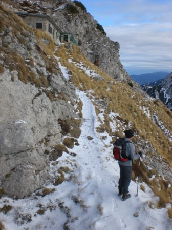 Foto: dobratsch11 / Wander Tour / Due Pizzi (Zweispitz) 2048m / bei der Bernadis Hütte / 10.12.2007 12:21:57