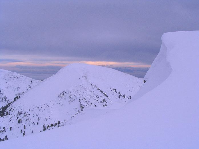 Foto: Andreas Koller / Ski Tour / Kreischberger Kammtour (2172m) / Die Wächte am Goldachnock mit Blick zur südlich gelegenen Prankehöhe / 11.12.2007 03:13:10
