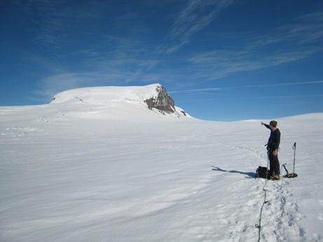 Foto: granit / Wander Tour / Normalweg Hvannadalshnúkur / Patrick Butz vor dem Südhang des Hvannadalshnukur (Foto: Kai Maluck) / 16.12.2007 21:44:21