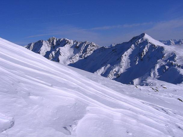 Foto: Andreas Koller / Ski Tour / Geheimtipp Zanderstal und Hinteres Kreuzjoch (2853m) / Aus der Gipfelflanke Blick auf den Gmairerkopf (2914 m) und den Hexenkopf (3035 m) / 18.12.2007 21:55:47
