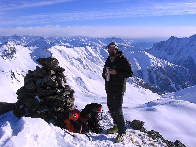 Foto: Andreas Koller / Ski Tour / Geheimtipp Zanderstal und Hinteres Kreuzjoch (2853m) / Gipfelsteinmann am Hinteren Kreuzjoch, im O grüßen die Ötztaler Alpen / 18.12.2007 21:53:31