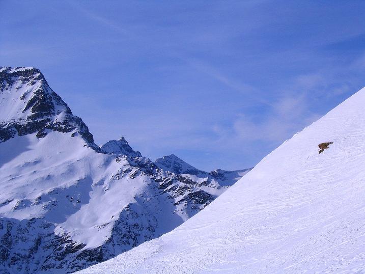 Foto: Andreas Koller / Ski Tour / Durch das Weißenbachtal auf den Kreuzkogel (2686m) / Der Hohe Sonnblick (3105 m) und der Goldzecjkopf (3072 m) lugen hervor / 24.12.2007 05:07:16