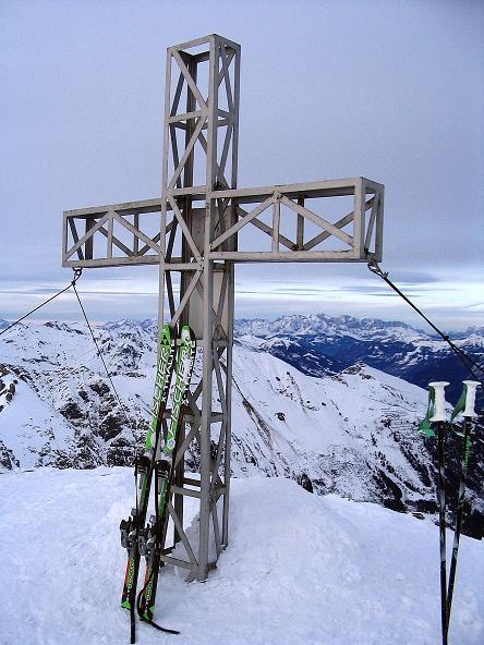 Foto: Andreas Koller / Ski Tour / Durch das Weißenbachtal auf den Kreuzkogel (2686m) / Das Gipfelkreuz am Kreuzkogel / 24.12.2007 05:02:56