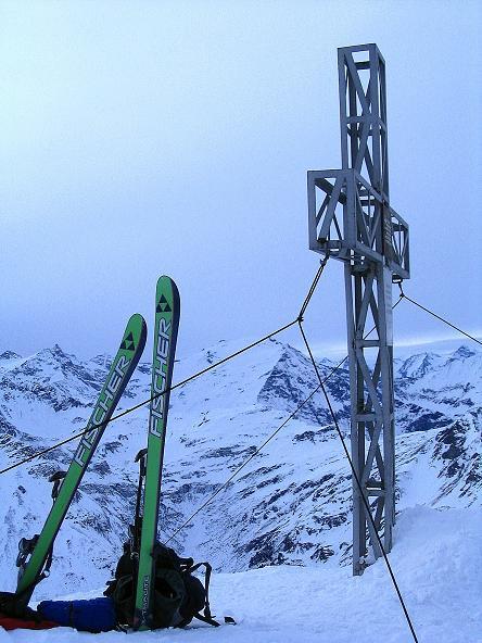 Foto: Andreas Koller / Ski Tour / Durch das Weißenbachtal auf den Kreuzkogel (2686m) / Gipfelkreuz am Kreuzkogel mit Hocharn (3254 m) / 24.12.2007 05:00:48