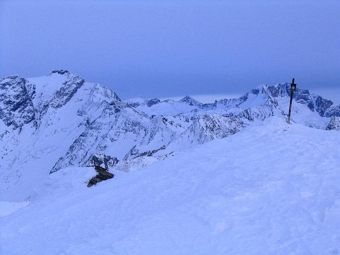 Foto: Andreas Koller / Ski Tour / Durch das Weißenbachtal auf den Kreuzkogel (2686m) / Blick über den Kreuzkogel-Gipfel zu Ankogel (3252 m) und Hochalmspitze (3360 m) / 24.12.2007 05:00:25