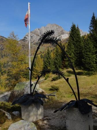 Foto: Wolfgang Dröthandl / Wander Tour / Almwanderung über die Watschigeralm zum Gartnerkofel / Wulfenia - Kriegerdenkmal am Nassfeld gegen Gartnerkofel / 20.10.2013 13:14:42