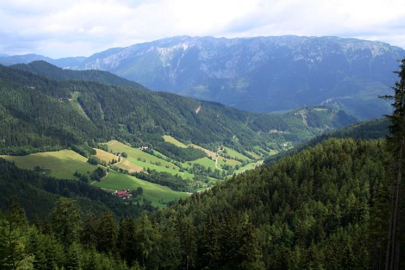 Foto: Climber69 / Wander Tour / Almwanderung auf die Malleistenalm (1265m) / Blick vom Anstieg zurück zum Ausgangspunkt Poarbauer (rotes Dach) und auf die Schneealpe / 26.12.2007 15:43:13