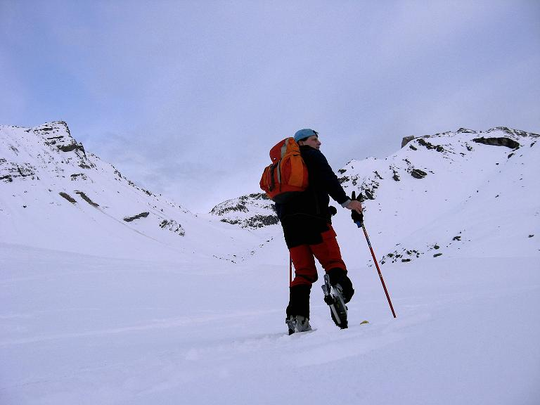 Foto: Andreas Koller / Ski Tour / Piz Surgonda (3197m) - Traumtour über dem Julierpass / Anstieg über einen Rücken (rechts) ins unbenannte Tal / 27.12.2007 21:09:43