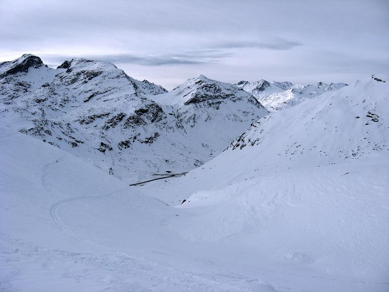 Foto: Andreas Koller / Ski Tour / Piz Surgonda (3197m) - Traumtour über dem Julierpass / Blick hinab zur Juliapassstraße / 27.12.2007 21:09:09
