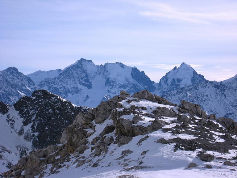 Foto: Andreas Koller / Ski Tour / Piz Surgonda (3197m) - Traumtour über dem Julierpass / Die Bernina Eisriesen um den Piz Bernina (4049 m) überragen den dunklen Piz Julier (3380 m) um einiges / 27.12.2007 20:58:14