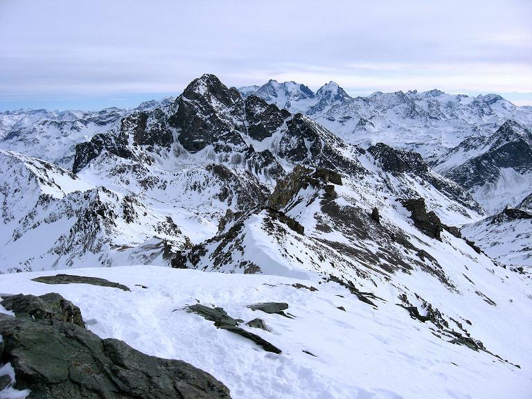 Foto: Andreas Koller / Ski Tour / Piz Surgonda (3197m) - Traumtour über dem Julierpass / Im Vordergrund der Piz Julier (3380 m), dahinter die Berninagruppe / 27.12.2007 20:52:12