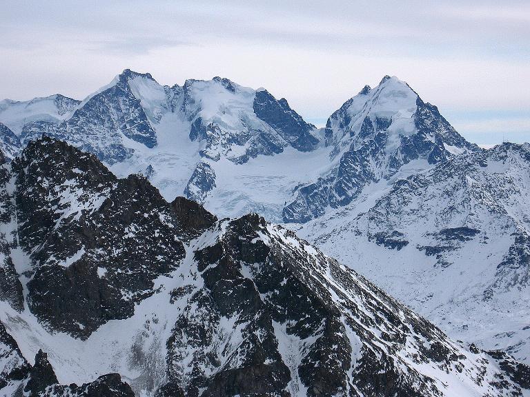 Foto: Andreas Koller / Ski Tour / Piz Surgonda (3197m) - Traumtour über dem Julierpass / Im O ragen der Piz Bernina mit dem Biancograt (4049 m), der Piz Scerscen (3971 m) und der Piz Roseg (3937 m) empor. Davor erhebt sich dunkel der Gipfel des Piz Julier (3380 m) / 27.12.2007 20:51:05