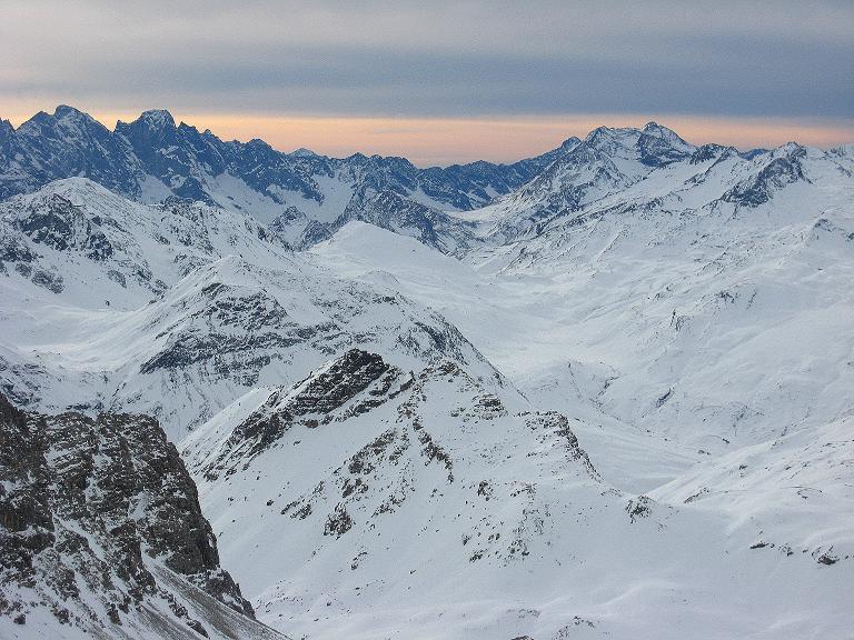 Foto: Andreas Koller / Ski Tour / Piz Surgonda (3197m) - Traumtour über dem Julierpass / Im S erheben sich die Bergeller Berge / 27.12.2007 20:47:54