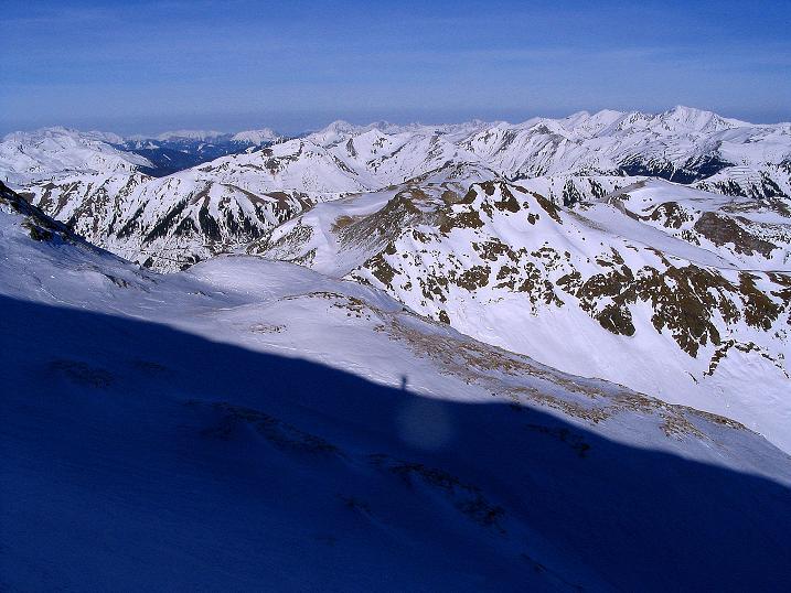 Foto: Andreas Koller / Ski Tour / Aus dem Scharnitzgraben auf den Großhansl (2315m) / Der Schatten markiert den Großhansl-Grat. Blick in die Rottenmanner Tauern und die Ennstaler Alpen. / 29.12.2007 16:51:24
