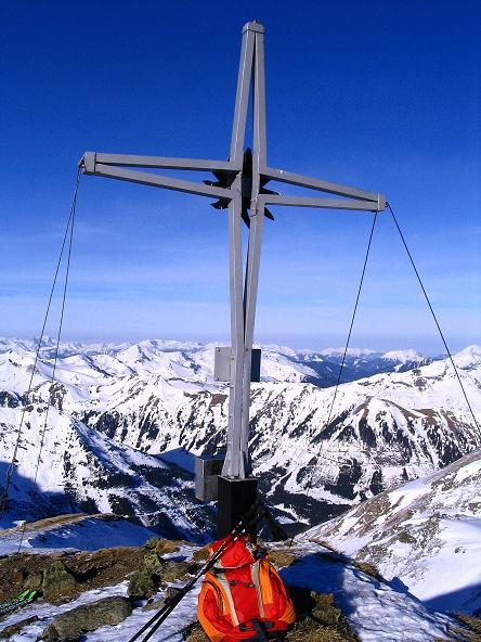 Foto: Andreas Koller / Ski Tour / Aus dem Scharnitzgraben auf den Großhansl (2315m) / Das Gipfelkreuz am Großhansl mit Blick in die Wölzer Tauern / 29.12.2007 16:49:21