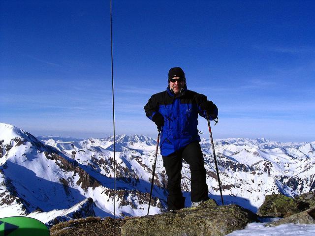 Foto: Andreas Koller / Ski Tour / Aus dem Scharnitzgraben auf den Großhansl (2315m) / Am Gipfel mit Grimming (2351 m) und Totem Gebirge im Hintergrund / 29.12.2007 16:48:24